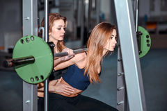 Entrenamiento de dos chicas jóvenes en el gimnasio Imágenes de archivo libres de regalías