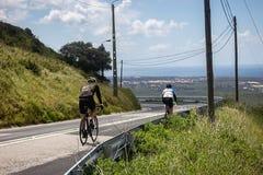 Entrenamiento de dos ciclistas en los caminos de cascais imágenes de archivo libres de regalías
