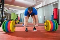 Entrenamiento de elevación pesado del hombre de la barra del gimnasio de la aptitud de Crossfit Foto de archivo
