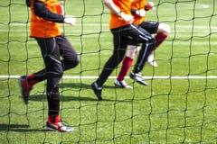 Entrenamiento de jugadores de fútbol. Fotos de archivo libres de regalías
