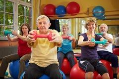 Entrenamiento de la aptitud con pesas de gimnasia Fotografía de archivo libre de regalías