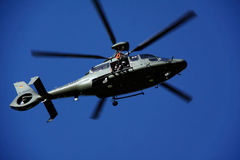 Entrenamiento de la búsqueda y del rescate con un helicóptero fotos de archivo