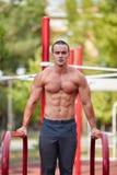 Entrenamiento de la calle - entrenamiento muscular hermoso del hombre en el parque fotos de archivo