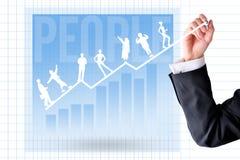 Entrenamiento de la carrera y concepto del desarrollo con la mano del hombre de negocios y la carta del gráfico foto de archivo