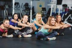 Entrenamiento de la conducta de las muchachas en aptitud en el gimnasio Fotografía de archivo