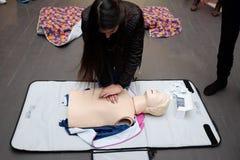 Entrenamiento de la Cruz Roja para la respiración artificial Fotos de archivo libres de regalías