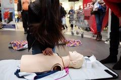 Entrenamiento de la Cruz Roja para la respiración artificial Fotografía de archivo
