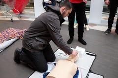 Entrenamiento de la Cruz Roja para la respiración artificial imágenes de archivo libres de regalías