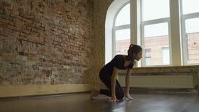Entrenamiento de la flexibilidad del entrenamiento del gimnasta de la aptitud del deporte almacen de metraje de vídeo