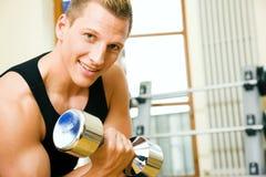 Entrenamiento de la gimnasia con pesas de gimnasia Foto de archivo libre de regalías