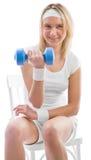Entrenamiento de la muchacha con pesa de gimnasia azul Fotografía de archivo