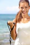 Entrenamiento de la muchacha de la aptitud en las bandas elásticas de la playa Imagenes de archivo