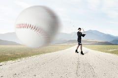 Entrenamiento de la muchacha del béisbol imagen de archivo