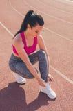 Entrenamiento de la muchacha del deporte ejercicio Aptitud salud El atar de la chica joven imagen de archivo