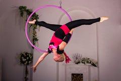 Entrenamiento de la muchacha en el anillo aéreo Fotografía de archivo libre de regalías
