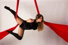 Entrenamiento de la muchacha en las sedas aéreas Foto de archivo libre de regalías