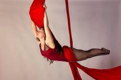 Entrenamiento de la muchacha en las sedas aéreas Fotos de archivo