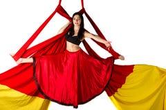 Entrenamiento de la muchacha en las sedas aéreas Imágenes de archivo libres de regalías