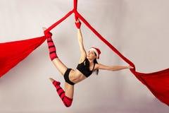 Entrenamiento de la muchacha en las sedas aéreas Fotos de archivo libres de regalías