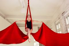 Entrenamiento de la muchacha en las sedas aéreas Imagenes de archivo
