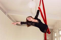 Entrenamiento de la muchacha en las sedas aéreas Fotografía de archivo