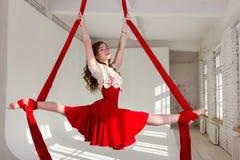 Entrenamiento de la muchacha en las sedas aéreas Fotografía de archivo libre de regalías