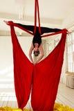 Entrenamiento de la muchacha en las sedas aéreas Foto de archivo