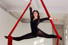 Entrenamiento de la muchacha en las sedas aéreas Imagen de archivo