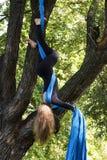 Entrenamiento de la muchacha en las sedas en el aire abierto Imagen de archivo