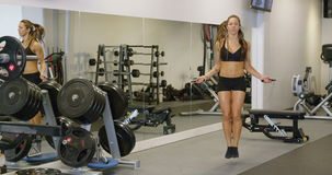 Entrenamiento de la mujer de la aptitud y cuerda de salto en gimnasio metrajes