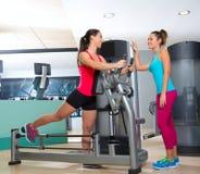 Entrenamiento de la mujer de la máquina del ejercicio del glute del gimnasio Fotografía de archivo