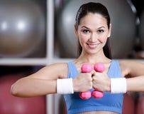 Entrenamiento de la mujer del atleta con pesas de gimnasia Imagen de archivo libre de regalías