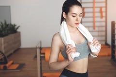 Entrenamiento de la mujer en cuidado apto de la salud del cuerpo del gimnasio Fotos de archivo libres de regalías