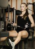 Entrenamiento de la mujer en el gimnasio Fotografía de archivo
