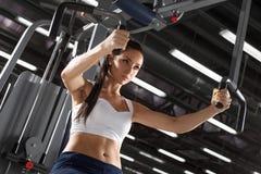 Entrenamiento de la mujer en el gimnasio Fotos de archivo libres de regalías