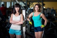Entrenamiento de la mujer en el gimnasio Imagen de archivo libre de regalías