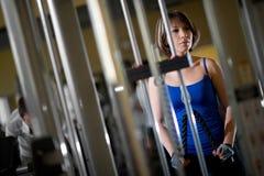 Entrenamiento de la mujer en el gimnasio Foto de archivo libre de regalías