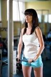 Entrenamiento de la mujer en el gimnasio Imagenes de archivo