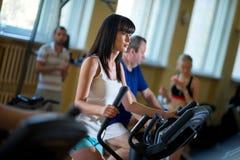 Entrenamiento de la mujer en el gimnasio Imágenes de archivo libres de regalías