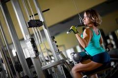 Entrenamiento de la mujer en el gimnasio Foto de archivo