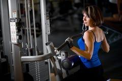 Entrenamiento de la mujer en el gimnasio Fotografía de archivo libre de regalías