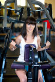 Entrenamiento de la mujer en el gimnasio Imagen de archivo