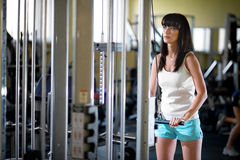 Entrenamiento de la mujer en el gimnasio Fotos de archivo