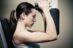 Entrenamiento de la mujer en gimnasia Fotos de archivo