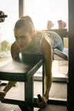 Entrenamiento de la mujer en gimnasio Fotografía de archivo