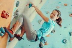 Entrenamiento de la mujer en gimnasio que sube Foto de archivo