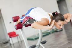 Entrenamiento de la mujer joven en el gimnasio Fotos de archivo