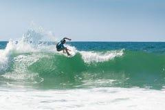 Entrenamiento de la persona que practica surf antes de la competición imagen de archivo