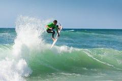 Entrenamiento de la persona que practica surf antes de la competición imágenes de archivo libres de regalías