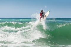 Entrenamiento de la persona que practica surf antes de la competición foto de archivo